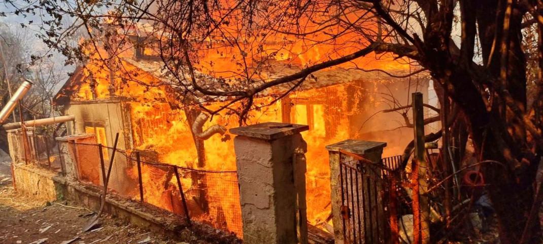 Σπίτι παραδομένο στις φλόγες