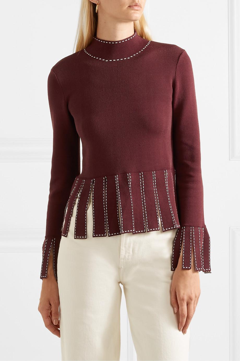 γυναίκα φορά πουλόβερ με κρόσσια Staud