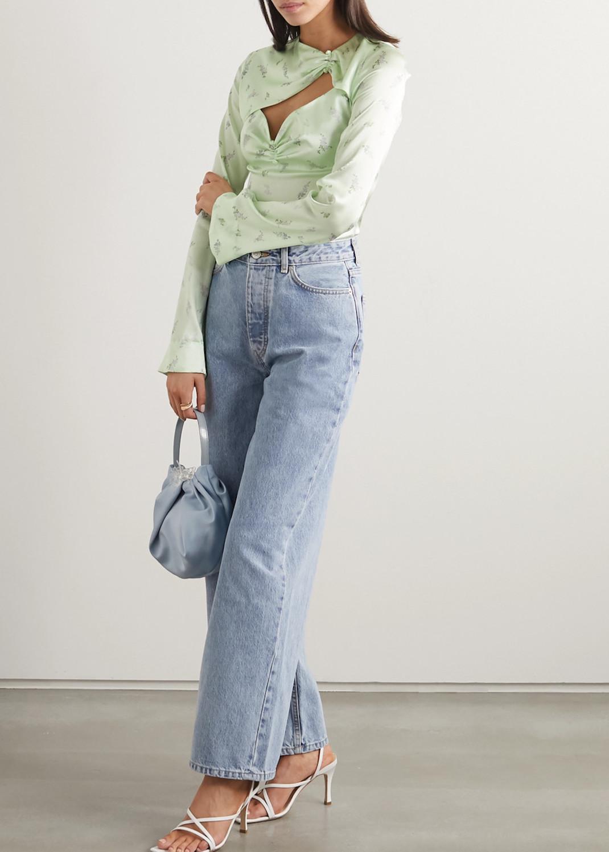 μοντέλο με πουκάμισο Ganni