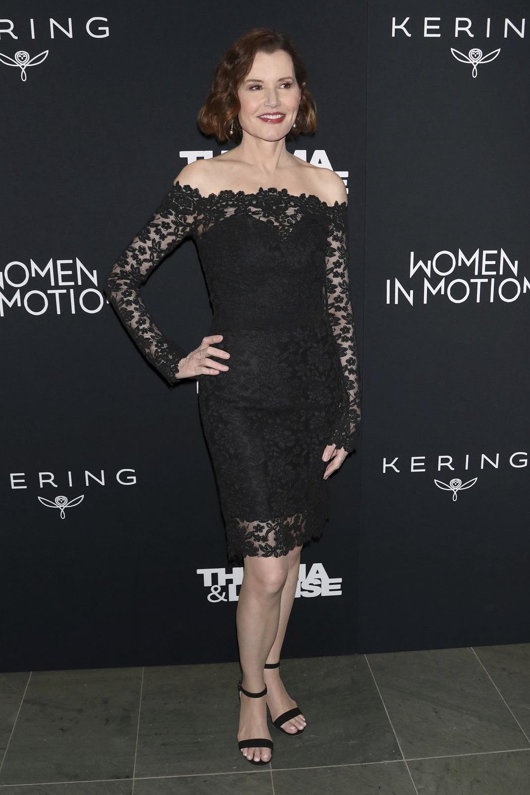 Η Τζίνα Ντέιβις με μαύρο φόρεμα και μαύρα πέδιλα
