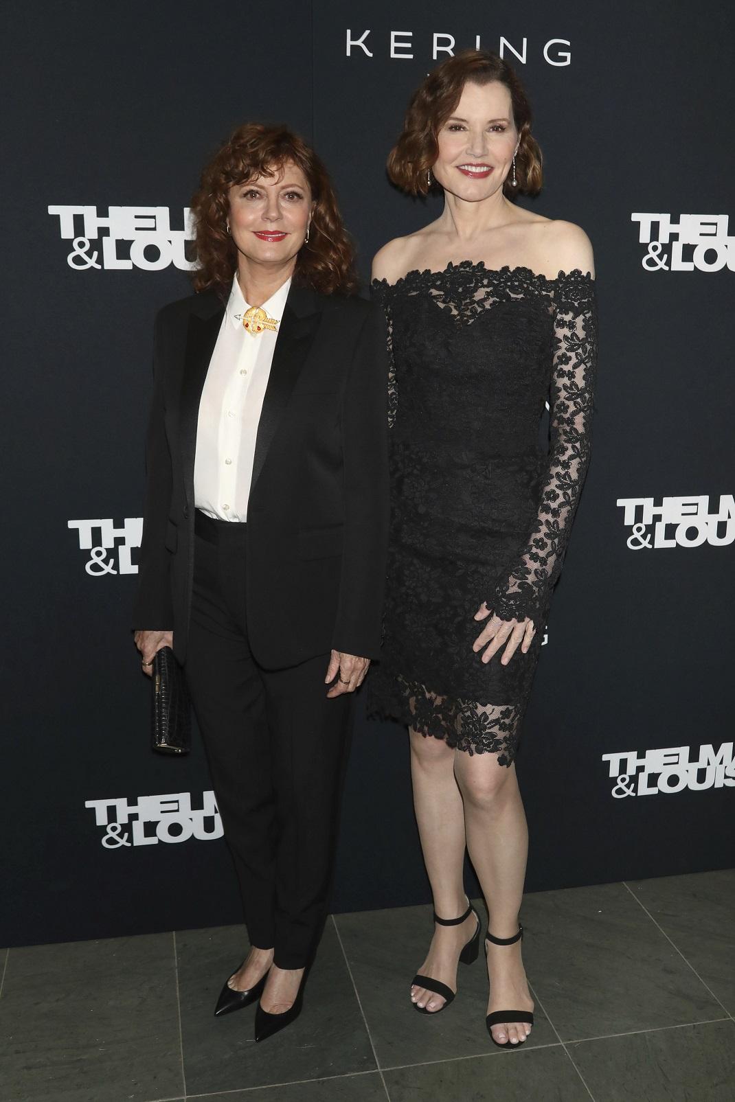 Η Τζίνα Ντέιβις με μαύρο φόρεμα και η Σούζαν Σαράντον με μαύρο κοστούμι