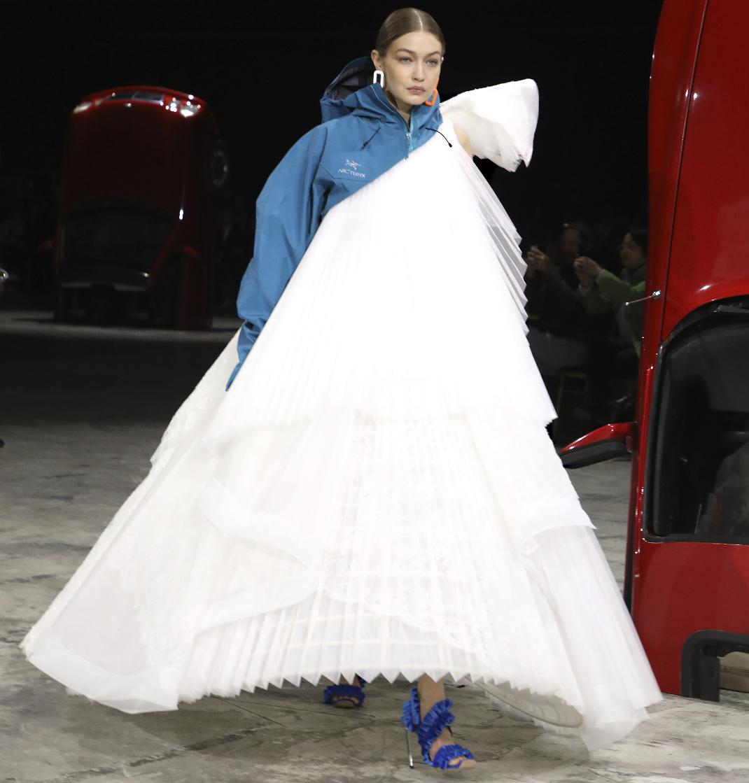 Gigi Hadid στο show του Off White στην Εβδομάδα Μόδας του Παρισιού
