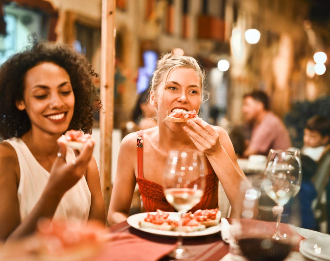 Γυναίκες τρώνε πίτσα σε εστιατόριο