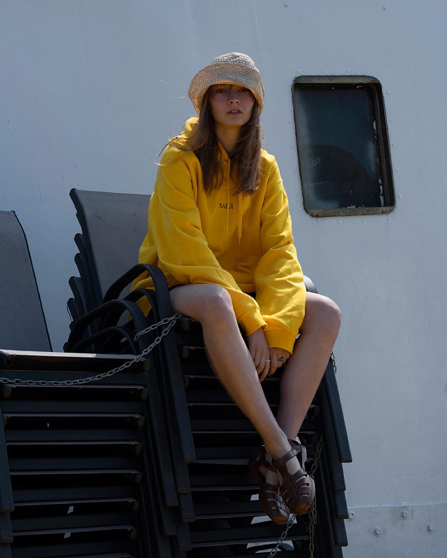 μοντέλο με κίτρινη μπλούζα hard