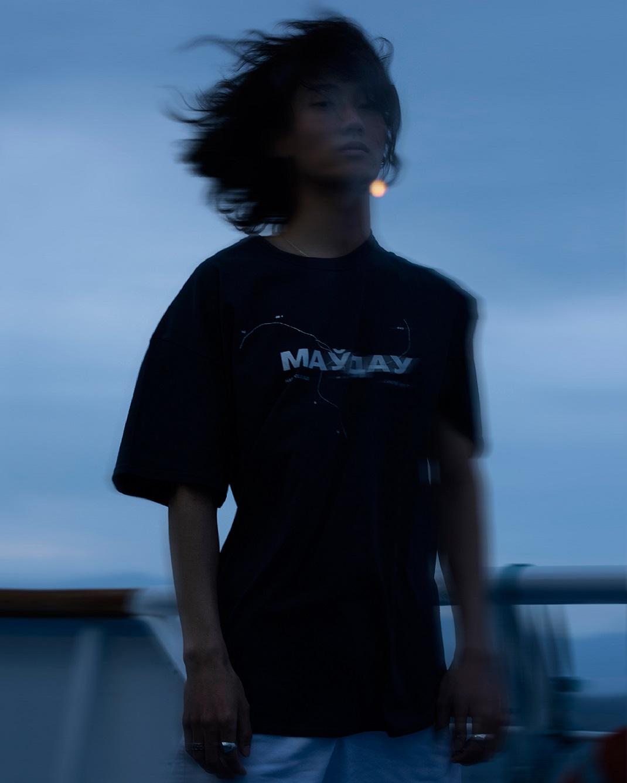 μοντέλο με μαύρο μπλουζάκι