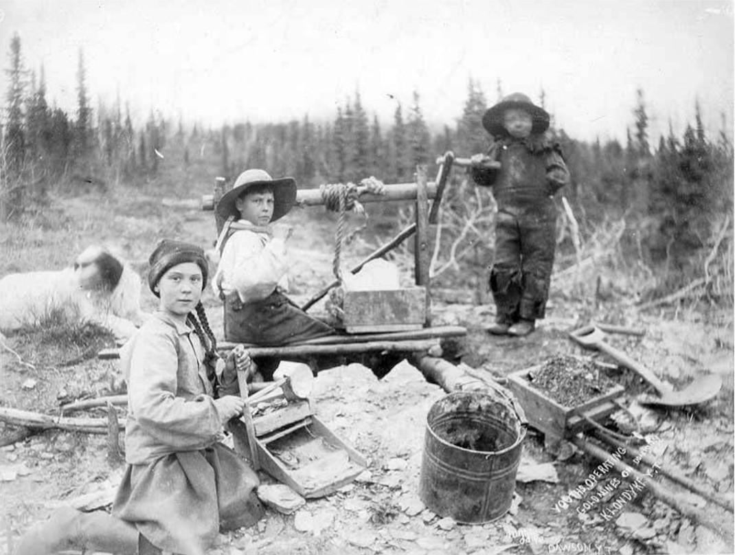 Τρία παιδιά βγάζουν νερό από πηγάδι στο Yukon του Καναδά