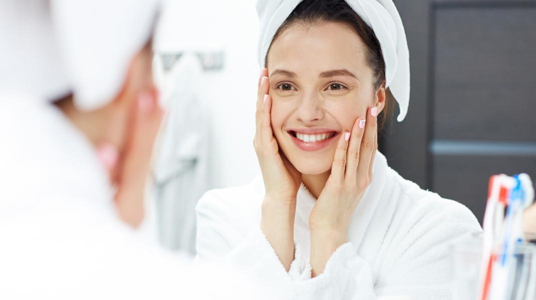 Γυναίκα περιποιείται το πρόσωπό της Φωτογραφία:Shutterstock