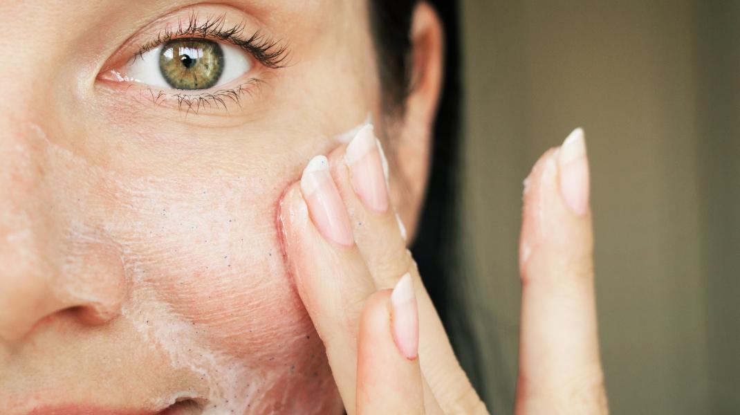 Γυναίκα καθαρίζει το πρόσωπό της Φωτογραφία:Shutterstock