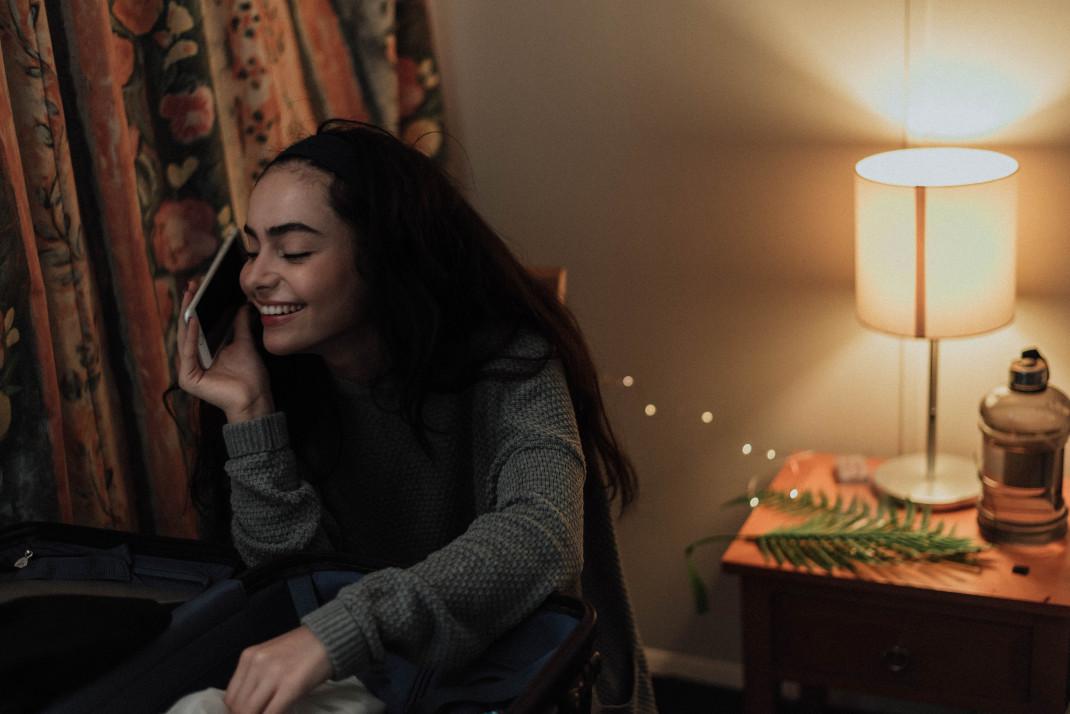 Γυναίκα χαμογελά μιλώντας στο κινητό