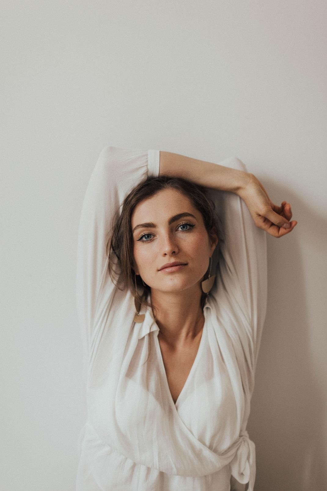 Γυναίκα φορά λευκή μπλούζα