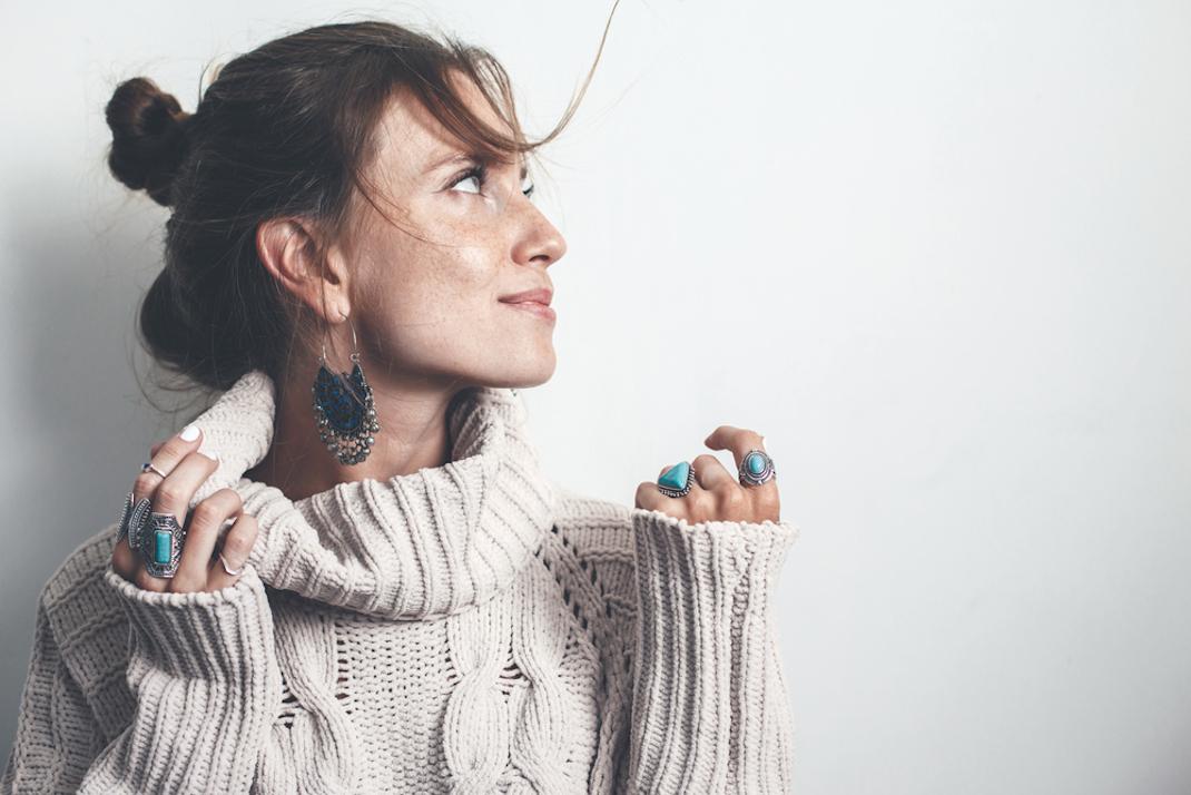 Γυναίκα με πουλόβερ