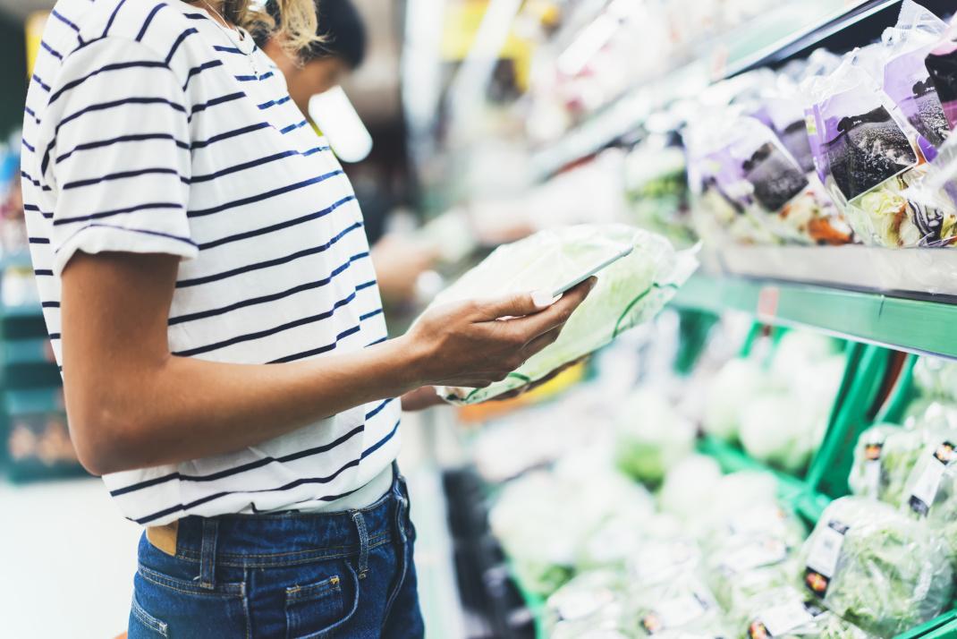 Γυναίκα ψωνίζει στο σουπερμαρκετ