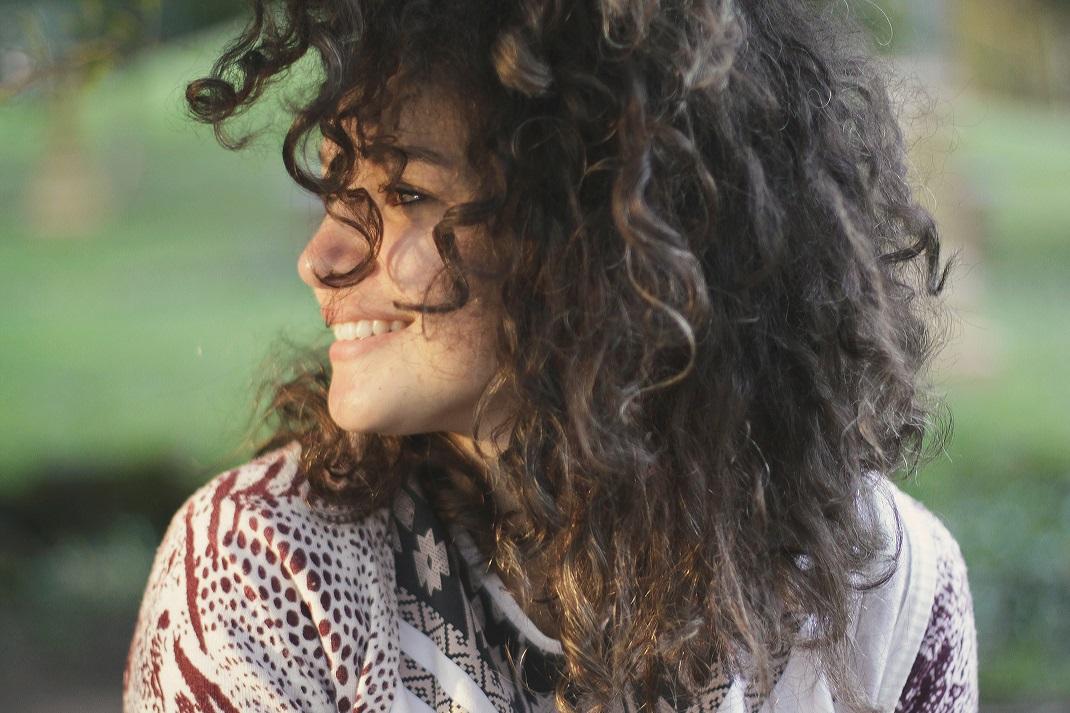 Γυναίκα με σγουρά μαλλιά συγκρίνει τον εαυτό της με άλλους