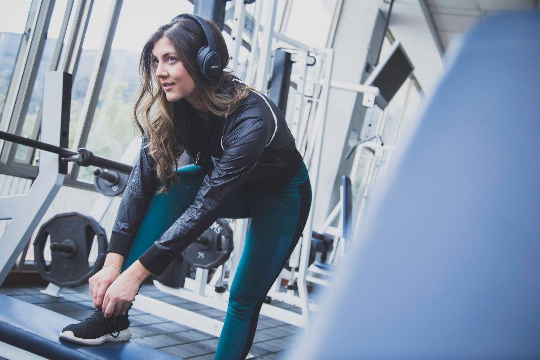 Γυναίκα κάνει γυμναστική και δένει τα παπούτσια της