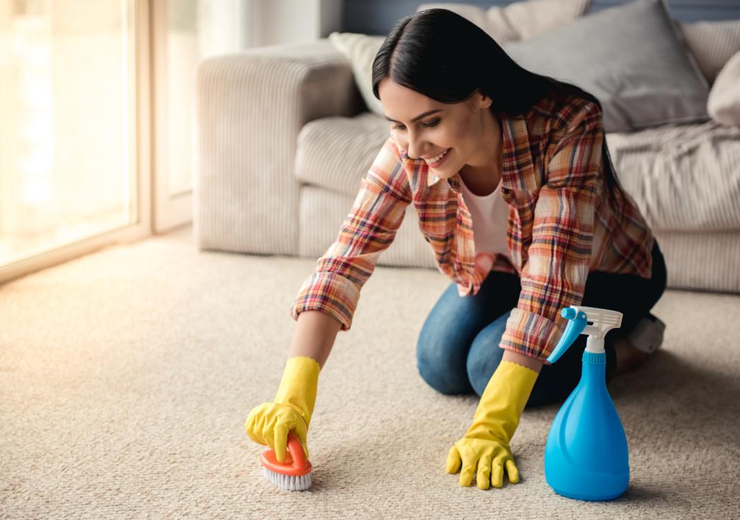 Γυναίκα καθαρίζει σκαλί