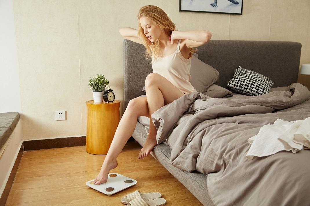 Γυναίκα σε κρεβάτι ζυγίζεται
