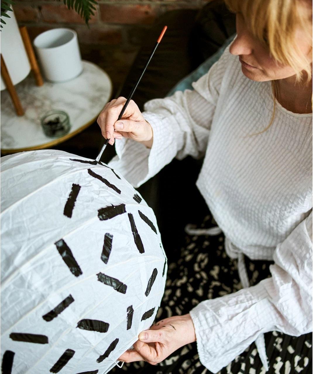 γυναίκα ζωγραφίζει φωτιστικό του ΙΚΕΑ