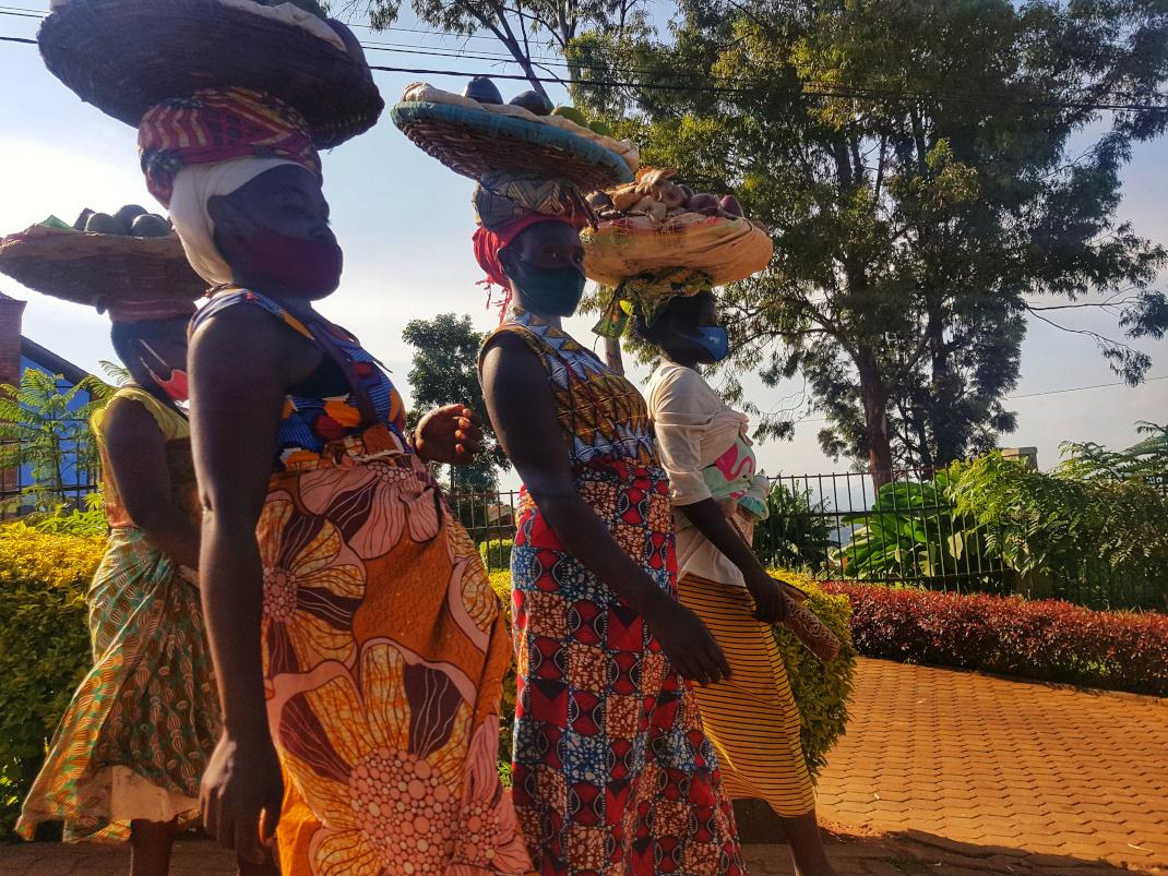 Οι γυναίκες με πολύχρωμα ρούχα
