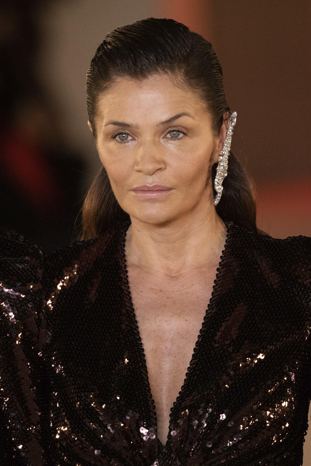 Η Έλενα Κρίστενσεν με ολόσωμη φόρμα με παγιέτες στην πασαρέλα του Balmain