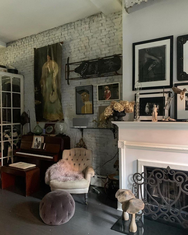 Πολυθρόνα και πιάνο στο σπίτι της Ελένα Κρίστενσεν