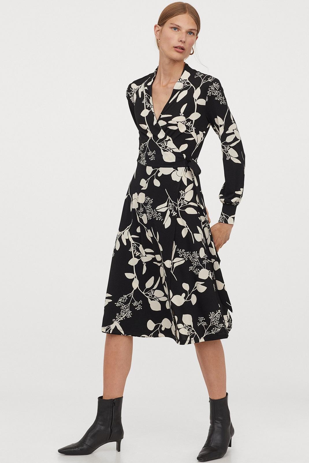 μοντέλο φορά ασπρόμαυρο φόρεμα H&m