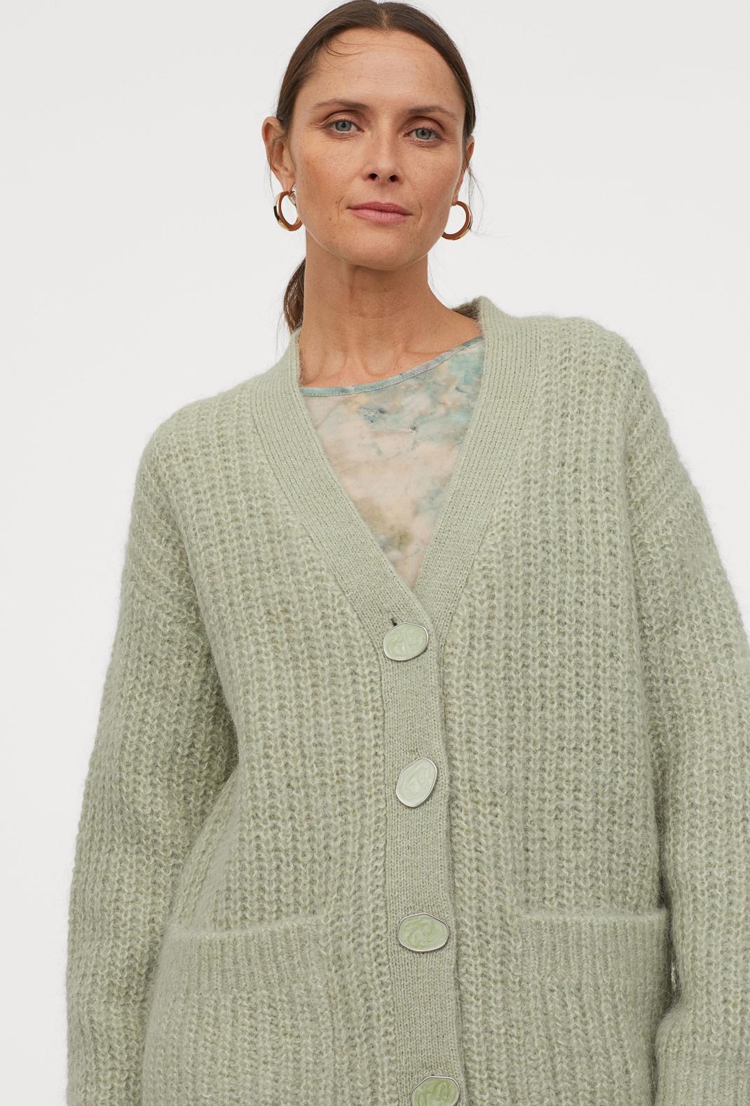 γυναίκα με μάλλινη ζακέτα H&M