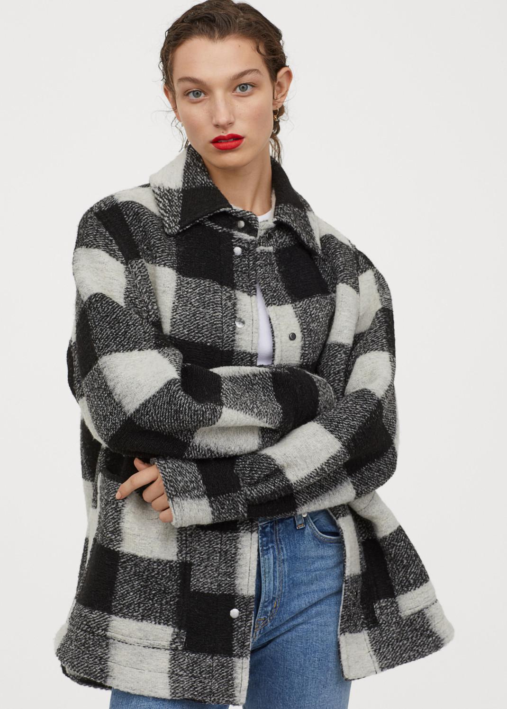 γυναίκα με καρό jacket