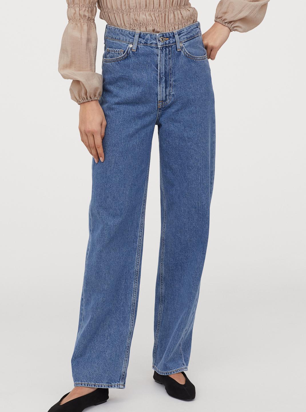 μοντέλο με τζιν παντελόνι H&M
