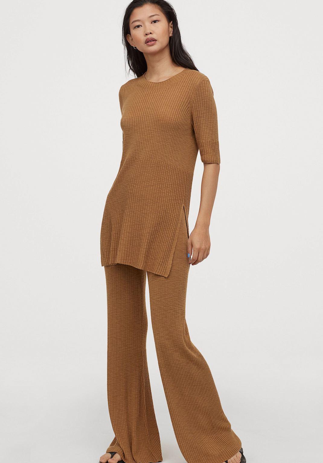 μοντέλο με πλεκτό παντελόνι ΗΜ