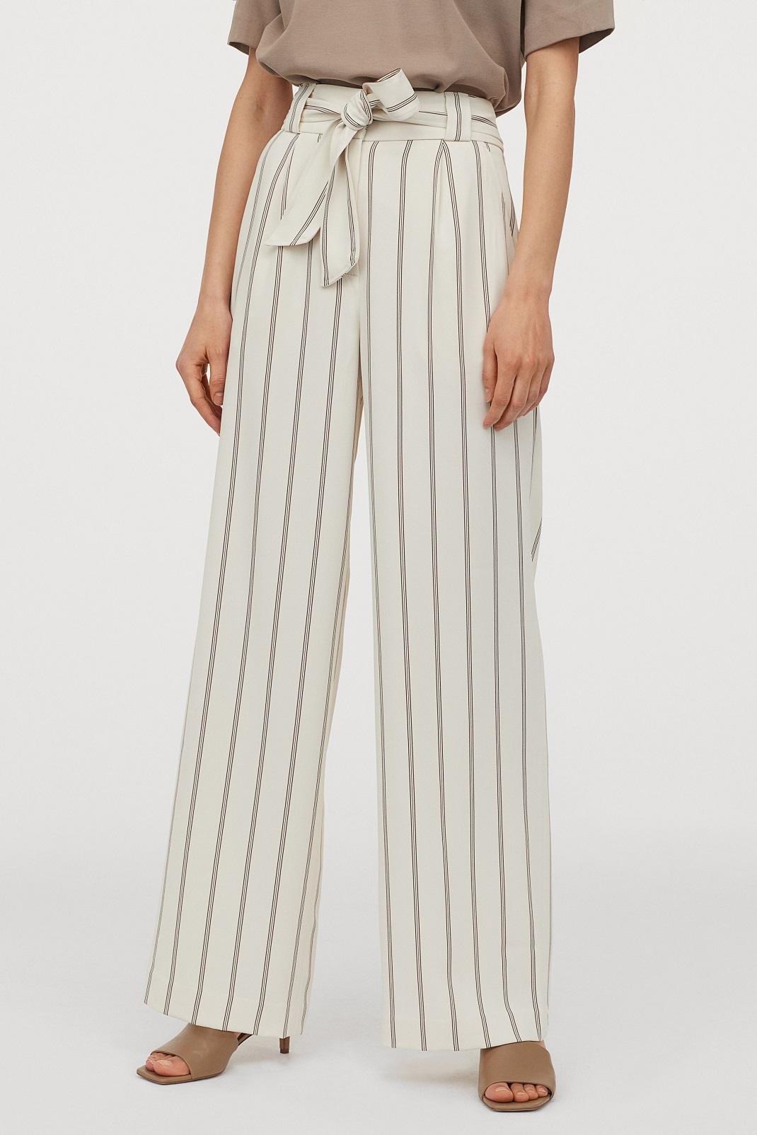 μοντέλο φορά ριγέ παντελόνι από τα H&M