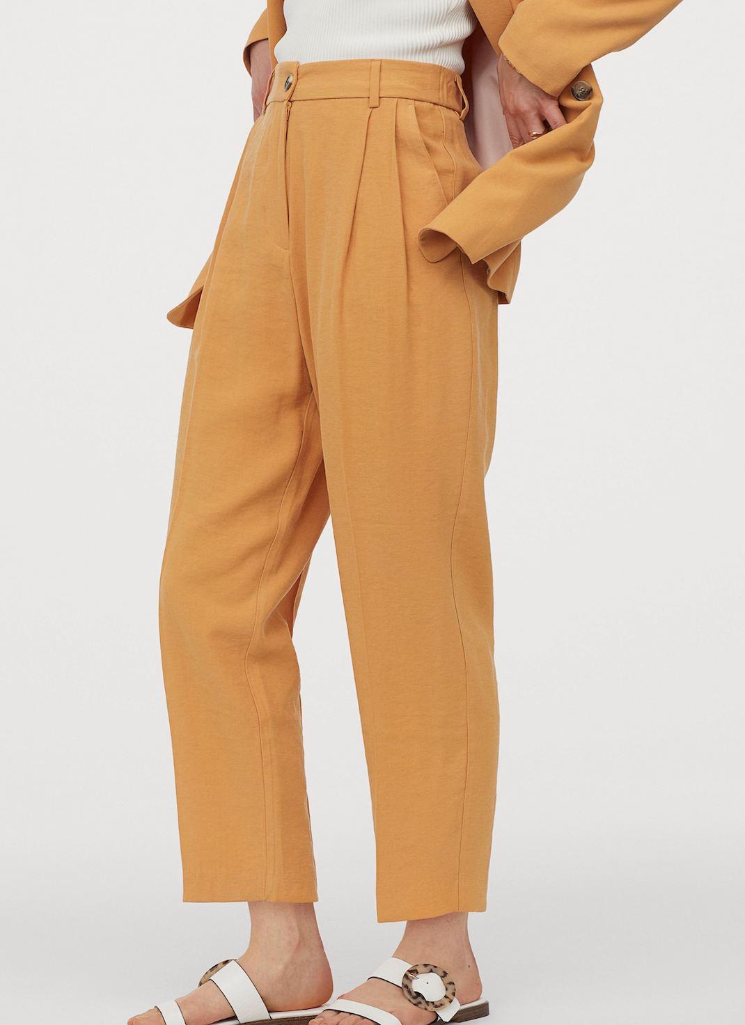 μοντέλο με υφασμάτινο παντελόνι