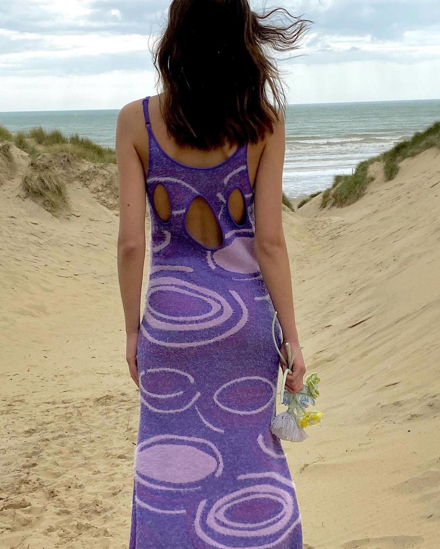 γυναίκα με κομμάτι με prints