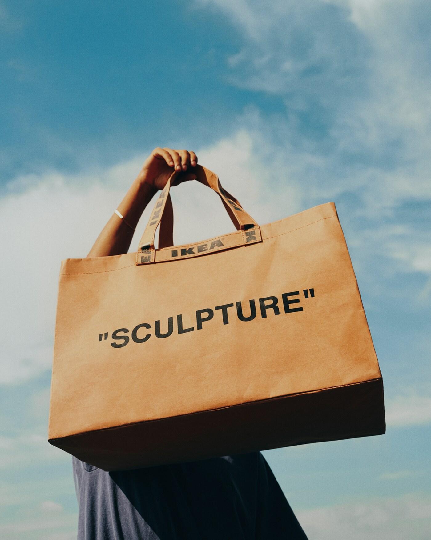 Γυναίκα κρατά μια τσάντα για ψώνια ΙΚΕΑ