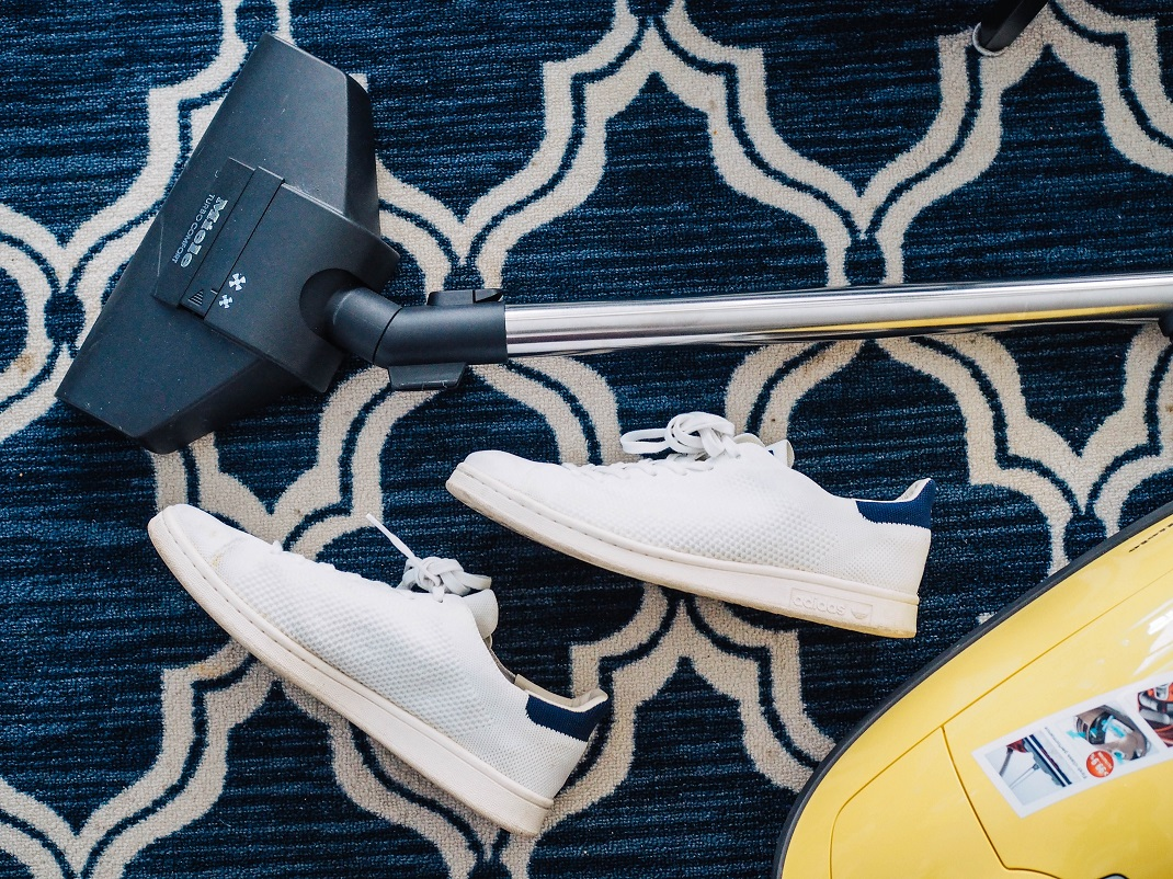Ηλεκτρική σκούπα και παπούτσια σε χαλί