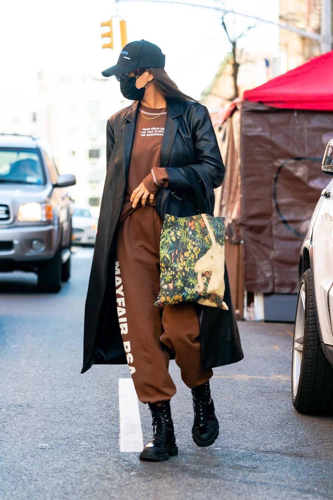 Η Ιρίνα Σάικ με δερμάτινο παλτό από τα Mango