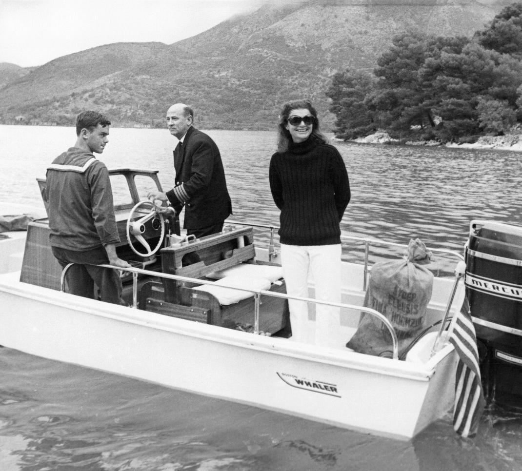 Η Τζάκι Κένεντι σε βαρκάδα από τον Σκορπιό το 1968