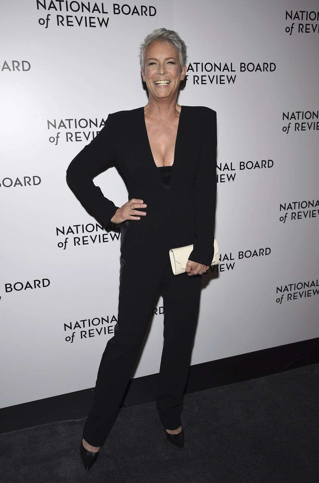 Η Τζέιμι Λι Κέρτις με total black look και λευκό clutch