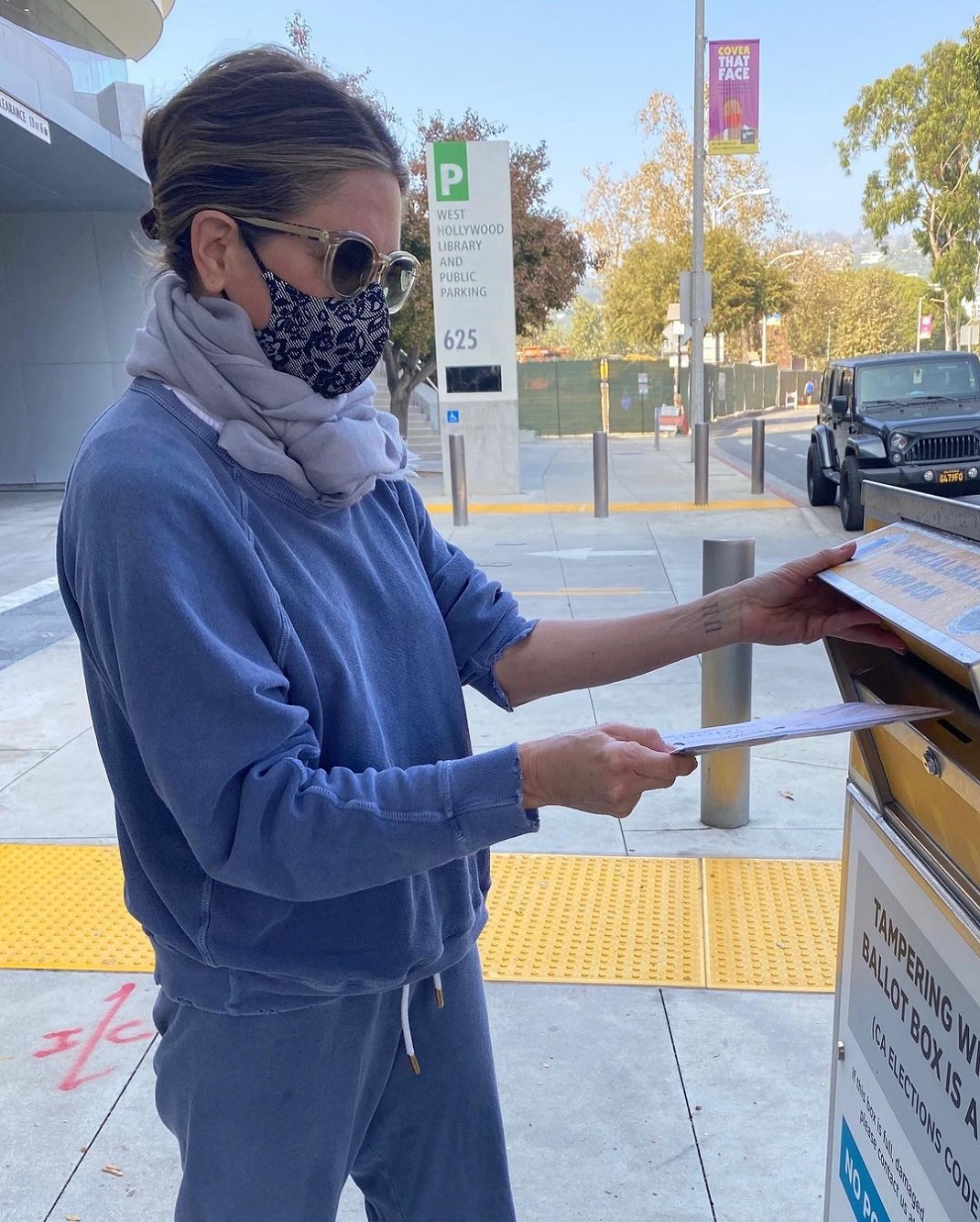 Τζένιφερ Άνιστον ψηφίζει εκλογές ΗΠΑ