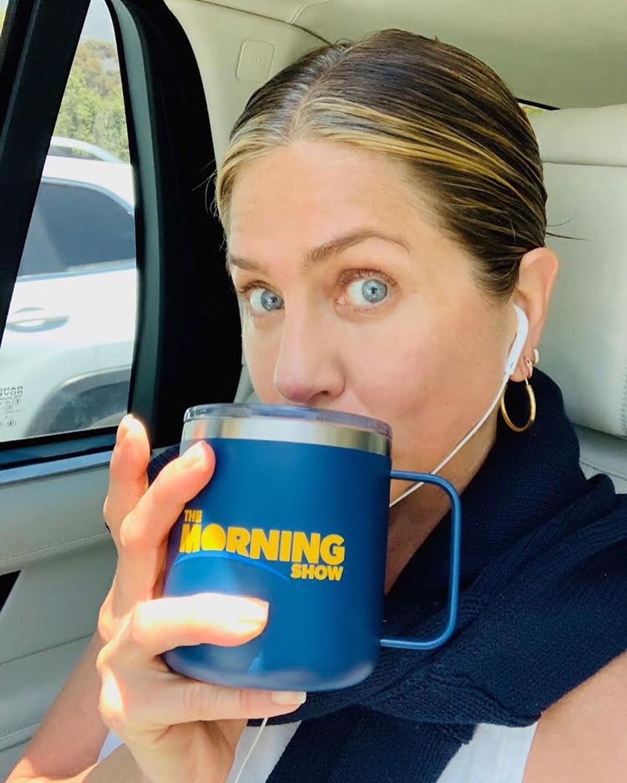 Η Τζένιφερ Άνιστον πίνει καφέ και βγάζει φωτογραφία