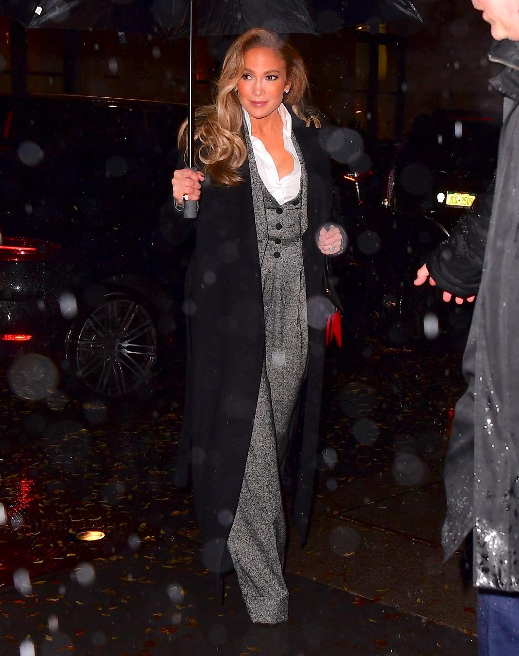 Η Τζένιφερ Λόπεζ με κοστούμι και ομπρέλα