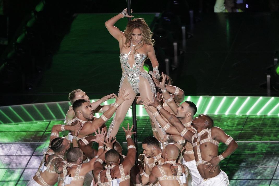 Η Τζένιφερ Λόπεζ με κορμάκι και χορευτές