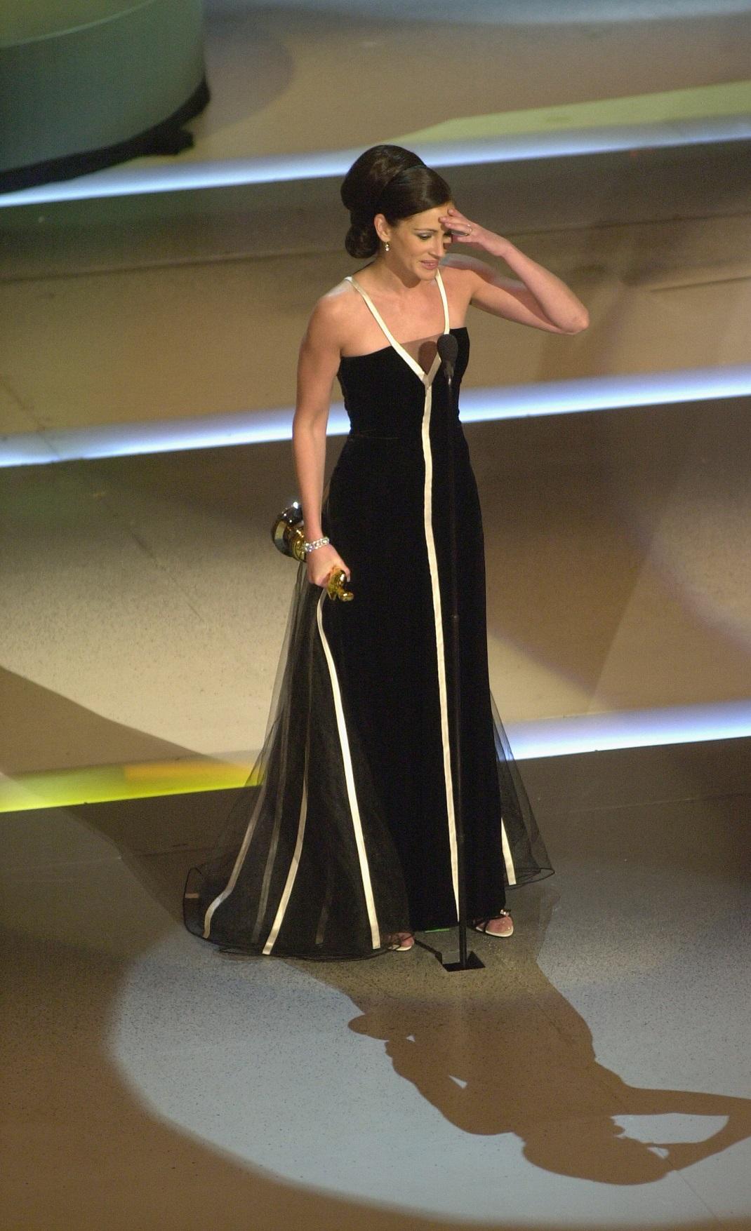 Η Τζούλια Ρόμπερτς με μαύρο φόρεμα στα Όσκαρ