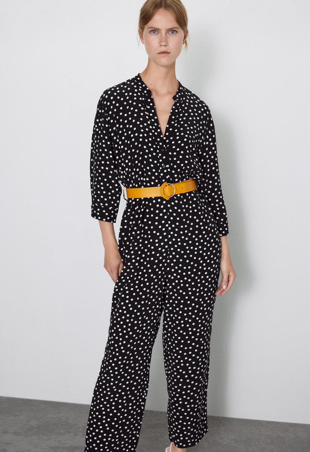 μοντέλο με jumpsuit Zara