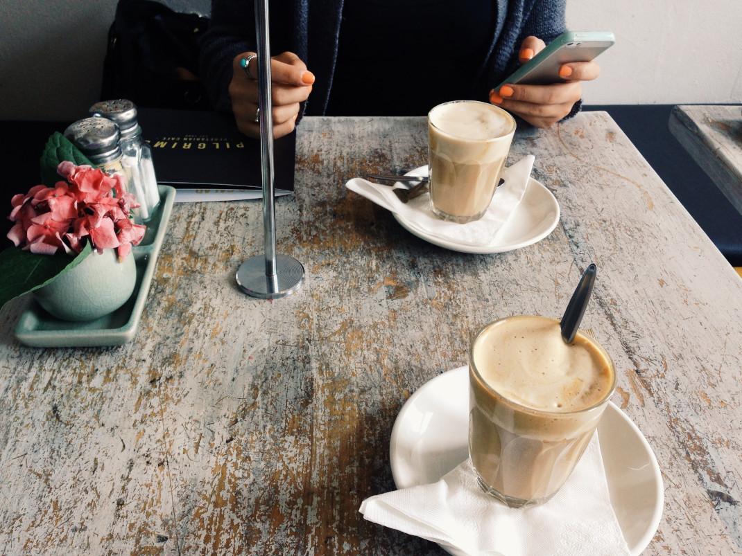 Γυναίκα με κινητό και καφέ