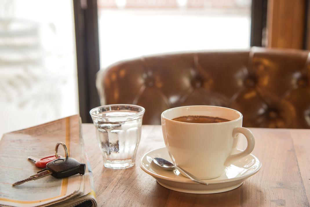 Κλειδιά και καφές σε τραπέζι