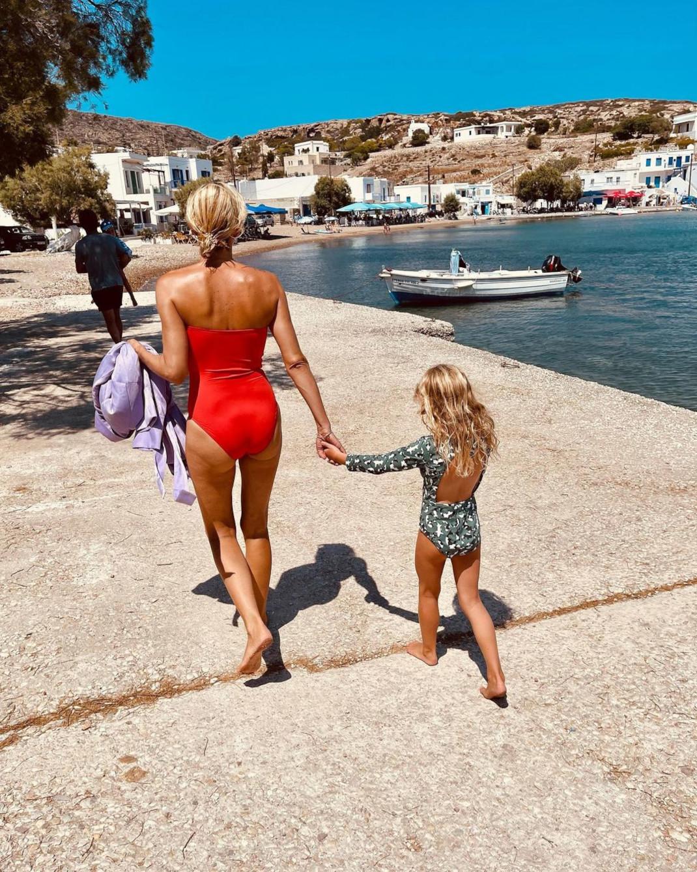 Βίκυ Καγιά: Κολύμπι και βόλτες στις Κυκλάδες με την κόρη της