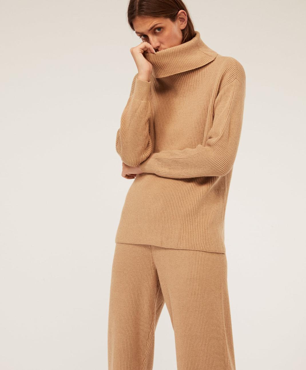 γυναίκα με μάλλινο πουλόβερ Oysho