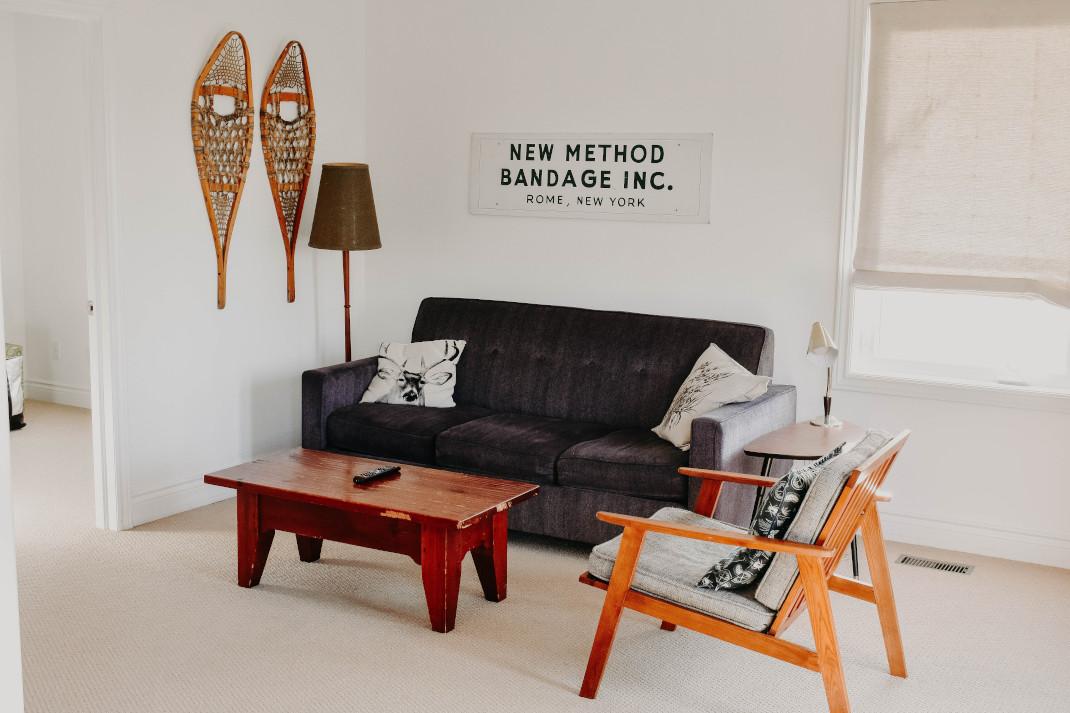 Καναπές και τραπέζι σε σαλόνι