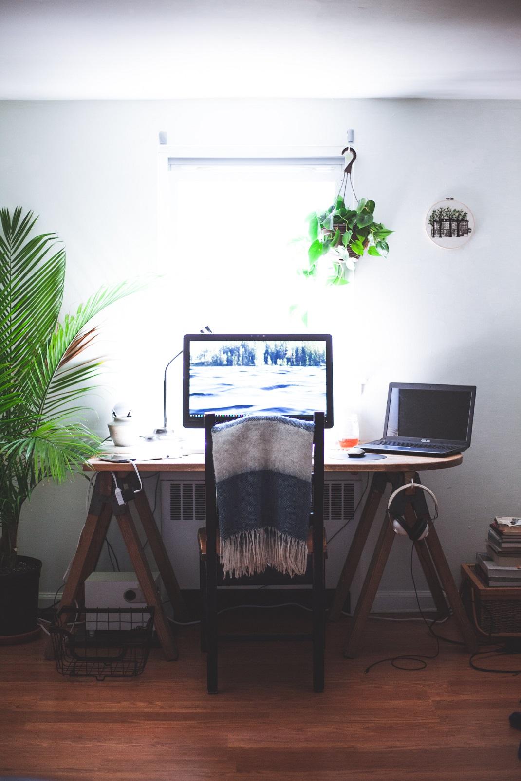 υπολογιστής πάνω σε γραφείο με καρέκλα