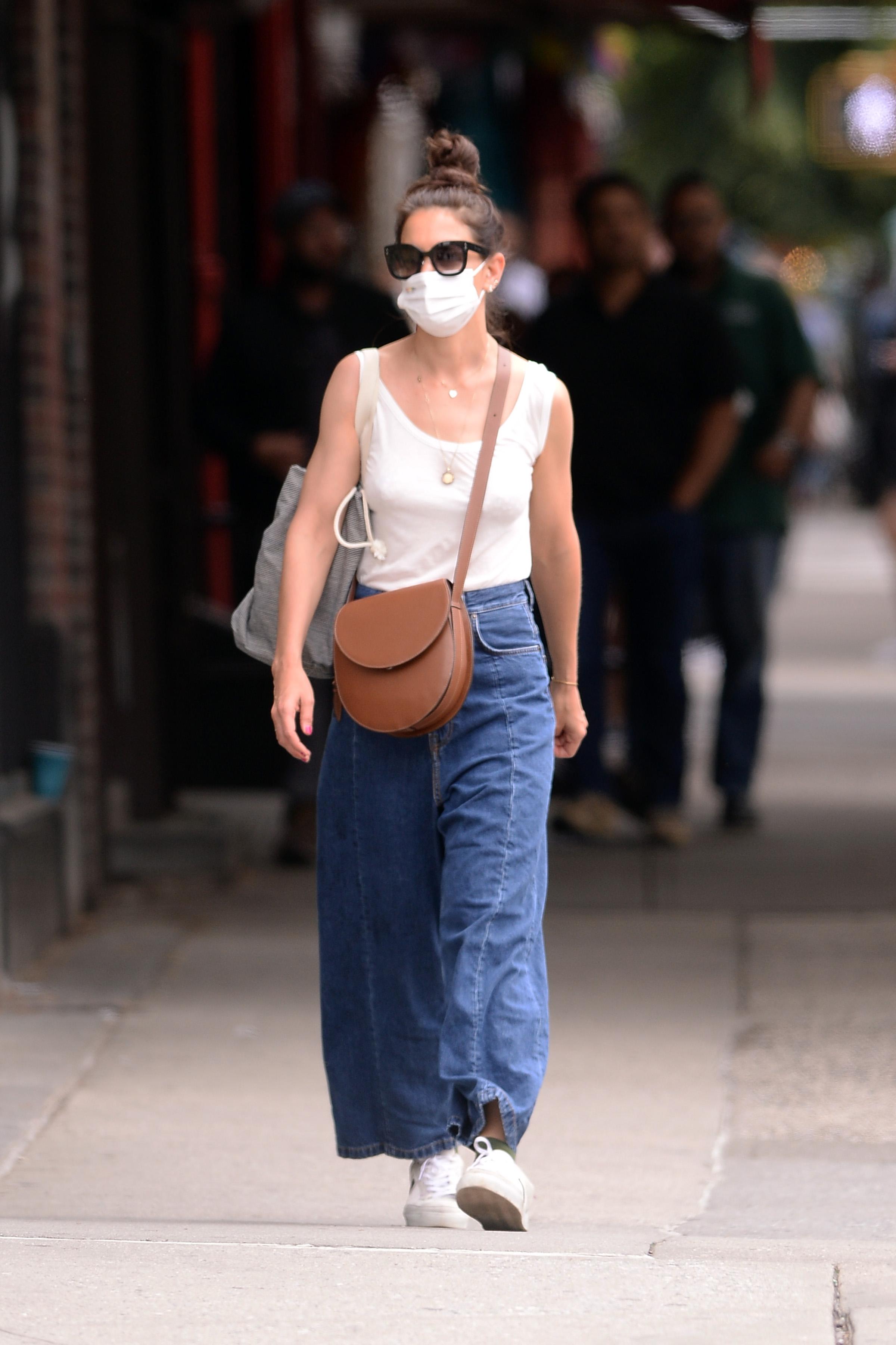Η Κέιτ Χολμς με baggy τζιν στη Νέα Υόρκη.
